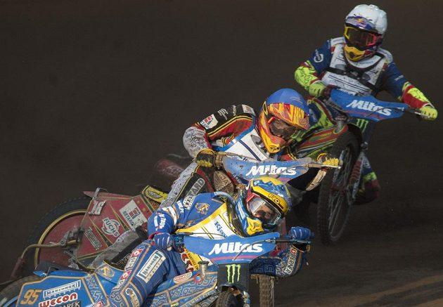 Václav Milík (uprostřed) bojuje během české Grand Prix o postup s Bartoszem Zmarzlikem z Polska.