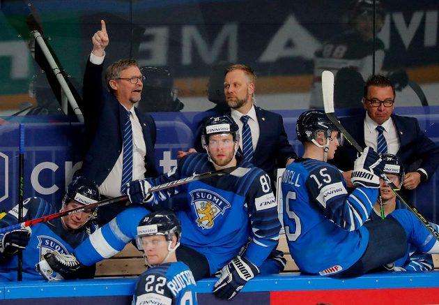 Trenér Finska Jukka Jalonen (vlevo) na střídačce.