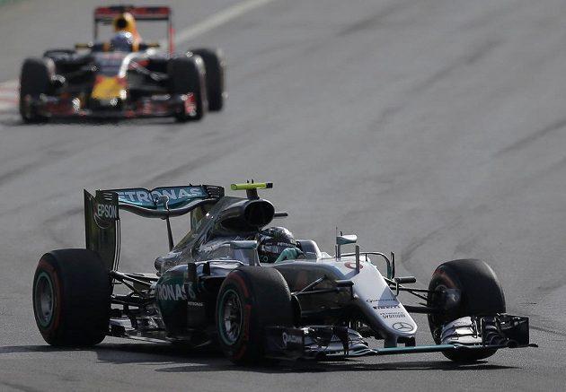 Nico Rosberg z Německa udržel po startu v Baku vedoucí postavení.
