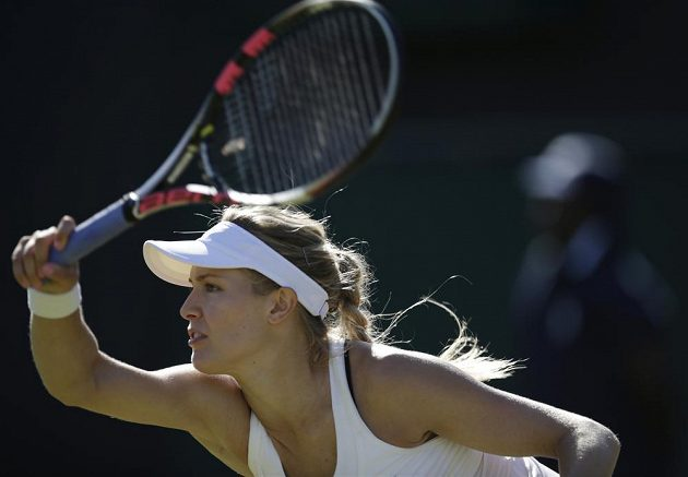 Eugenie Bouchardová v černé podprsnece, která porušuje pravidla Wimbledonu.