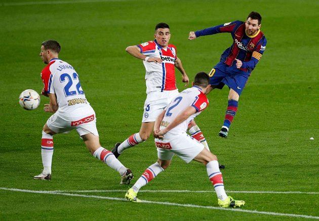 Barcelonský Lionel Messi střílí gól ve španělské lize.