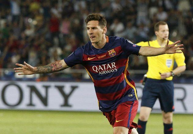 Lionel Messi z Barcelony oslavuje v Superpoháru gól proti Seville.
