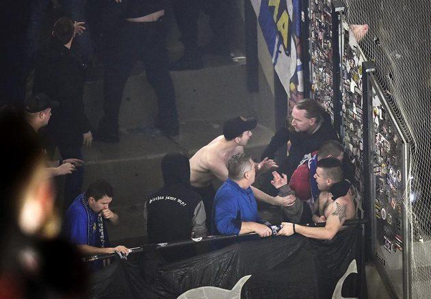 Fanoušci Komety Brno v závěru zápasu na ledě Pardubic dostali i ledovou sprchu od hasičů.