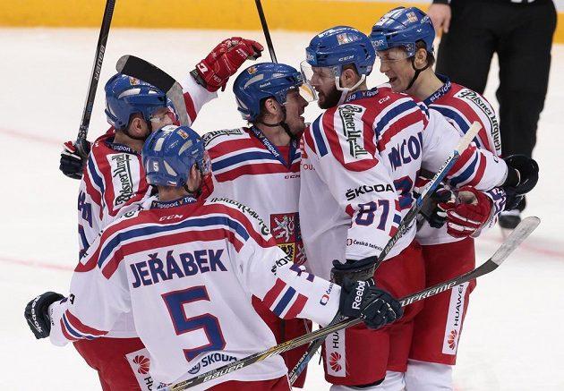 Čeští hokejisté se radují ze vstřelené branky na turnaji Channel One Cup v Moskvě proti Švédsku.