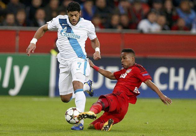 Leverkusenský Wendell (vpravo) se snaží zastavit brazilce Hulka v duelu fotbalové Ligy mistrů.