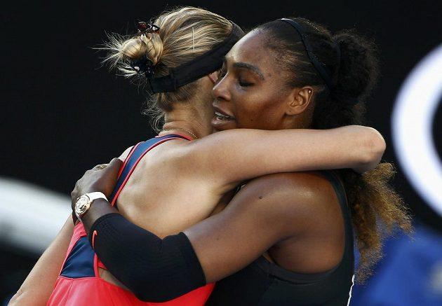 Mirjana Lučičová-Baroniová a Serena Williamsová se objímají po semifinálovém zápase.