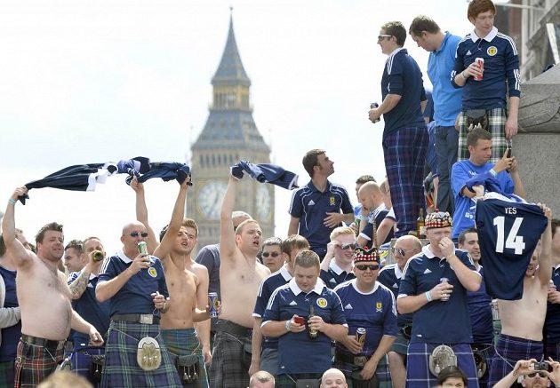 Skotští fanoušci na londýnském náměstí Trafalgar Square před zápasem s Anglií.