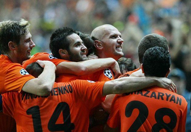 Fotbalisté Šachťoru Karaganda se radují ze vstřelení druhého gólu do sítě Celtiku Glasgow v úvodním utkání play off Ligy mistrů.