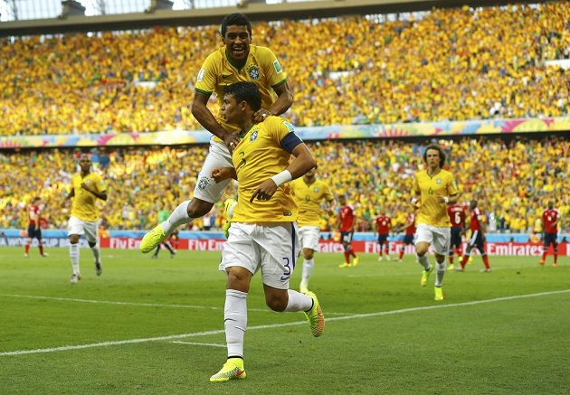 Nespoutaná radost po vedoucím gólu. Thiago Silva (3) jásá s Paulinhem a celou Brazílií.