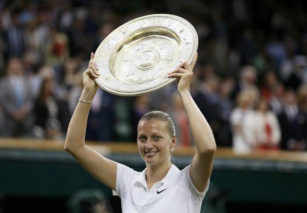 Petra Kvitová pózuje s talířem pro vítězku Wimbledonu.