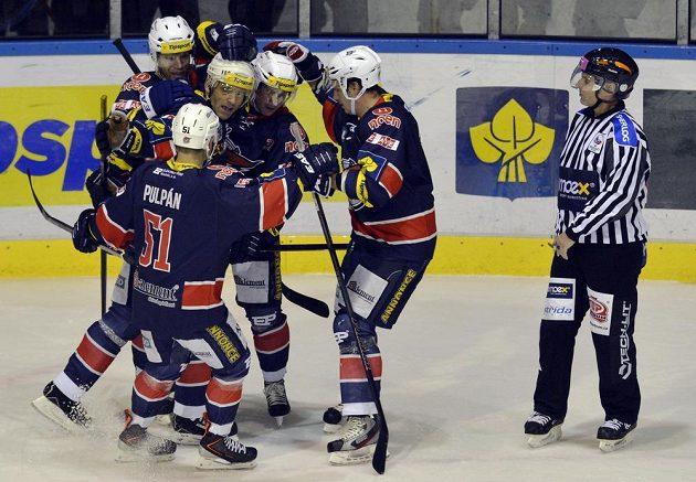 Hokejisté Chomutova se radují z gólu útočníka Davida Hrušky (třetí zleva) proti Kladnu.