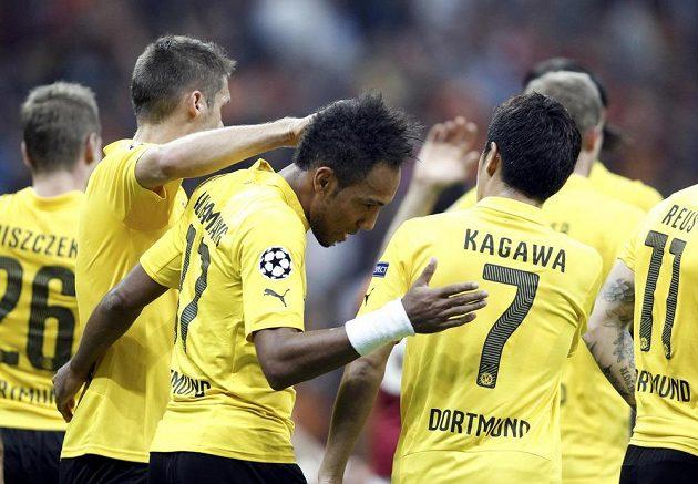Dortmundský Pierre-Emerick Aubameyang (uprostřed) oslavuje se spoluhráči gól proti tureckému týmu Galatasaray Istanbul v Lize mistrů.