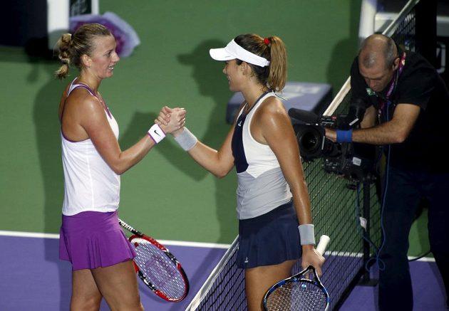 Česká tenistka Petra Kvitová (vlevo) si po utkání podává ruku se Španělkou Garbiňe Muguruzaovou.