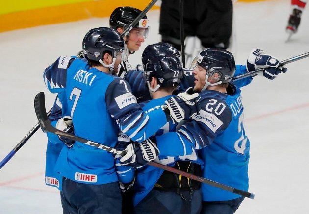 Hokejisté Finska oslavují úvodní gól ve finále MS s Kanadou.