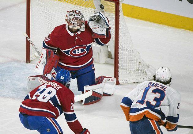 Útočník týmu New York Islanders Mathew Barzal (13) překonává gólmana Montrealu Careyho Price. Český obránce Jakub Jeřábek střelce ubránit nedokázal.