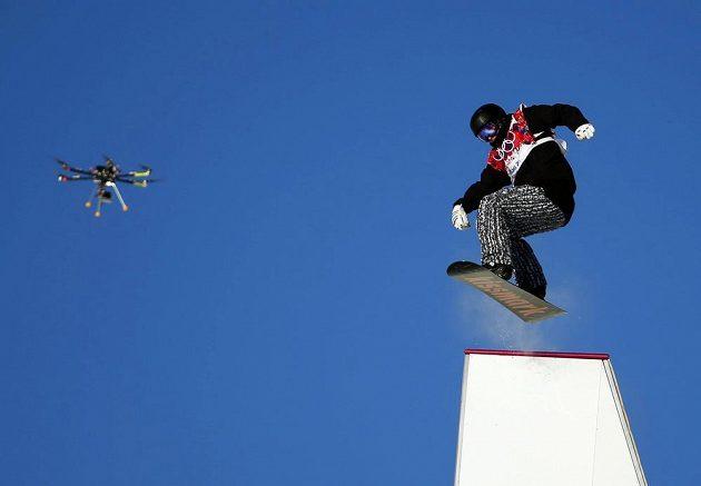 Fin Janne Korpi překonává jednu z překážek při semifinále slopestylu pod dohledem kamery na dálkově řízeném dronu.