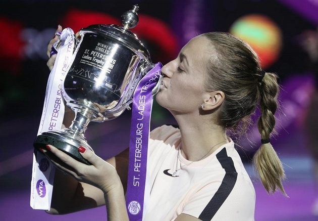 Česká tenistka Petra Kvitová s trofejí pro vítězku petrohradského turnaje.