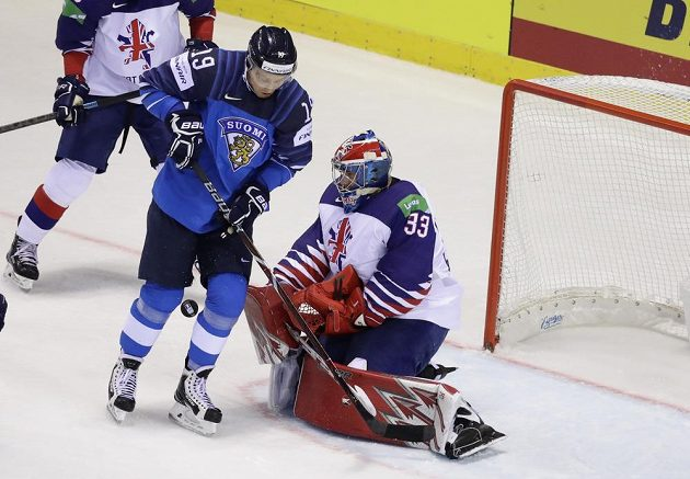 Hokejista Velké Británie Ben Bowns a Fin Veli-Matti Savinainen v akci během utkání mistrovství světa.