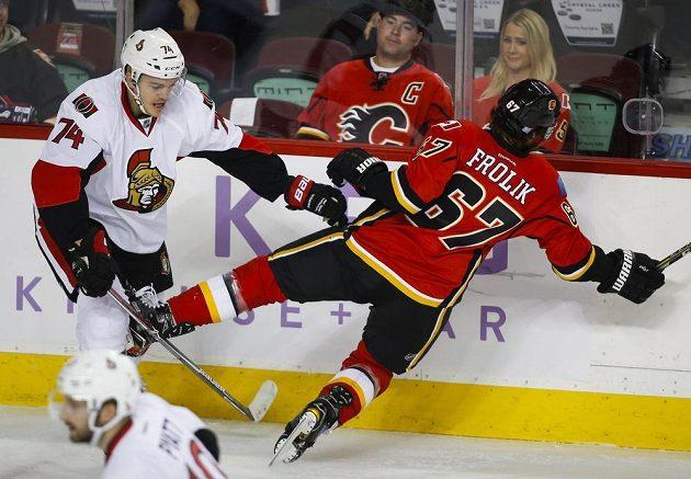 Útočník Calgary Michael Frolík inkasoval tvrdý hit od obránce Ottawy Marka Borowieckiho.