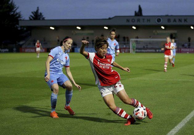 Fotbalistky Slavie prohrály v úvodním utkání závěrečného kola kvalifikace o postup do skupiny Ligy mistryň s Arsenalem 0:3. S míčem Mana Iwabučiová z Arsenalu.