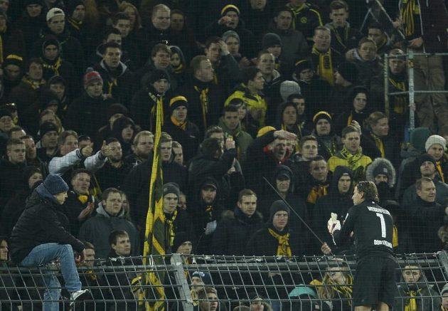 Brankář Dortmundu Roman Weidenfeller rozmlouval po prohře s Augsburgem s fanoušky v kotli.