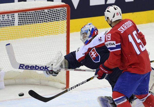 Bravurní zákrok hokejkou brankáře slovenské reprezentace Jána Laca, přihlíží Per-Age Skröder z Norska.