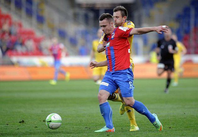 Plzeňský útočník Stanislav Tecl (vlevo) a obránce Jihlavy Jan Mikula ve čtvrtfinále Poháru České pošty.