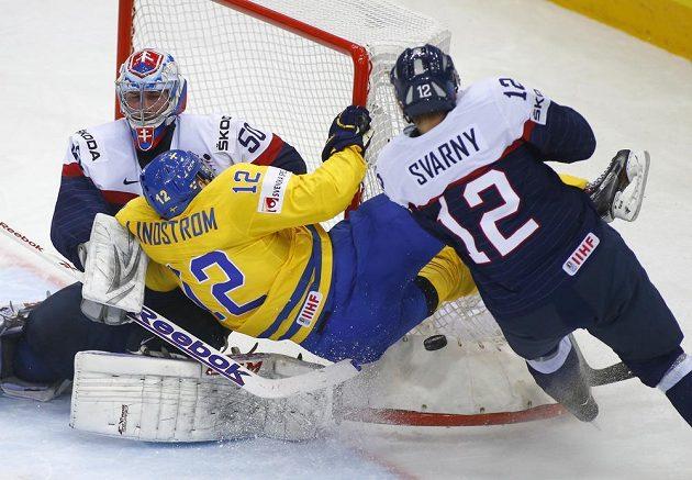 Švédský útočník Joakim Lindström před slovenským brankářem Jánem Lacem. Vpravo je obránce Ivan Švarný.
