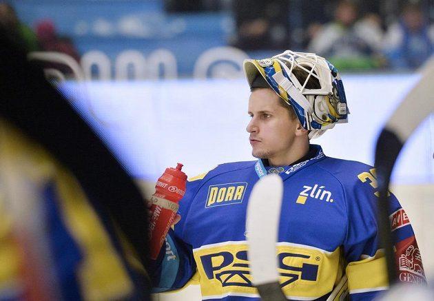 Zlínský brankář Libor Kašík se občerstvuje během zápasu v Plzni.