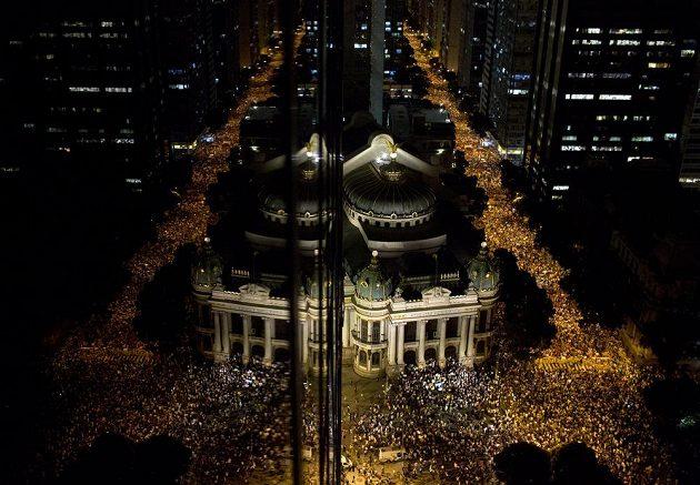 Plné ulice Rio de Janeira protestujících.