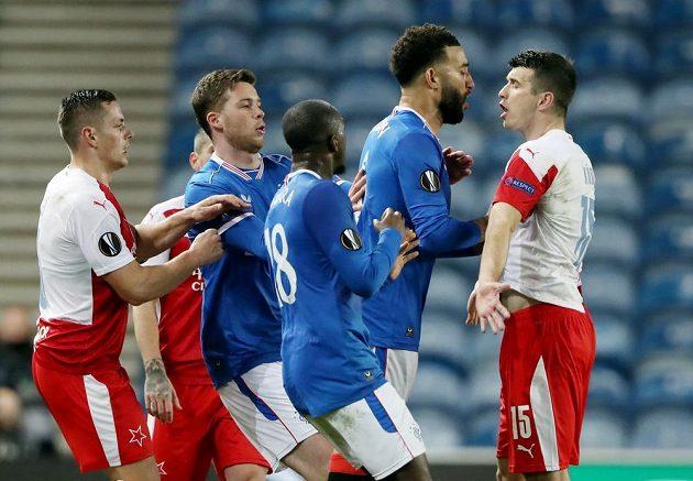 Fotbalisté Glasgow Rangers se ostře pustili do slávisty Ondřeje Kúdely (vpravo).