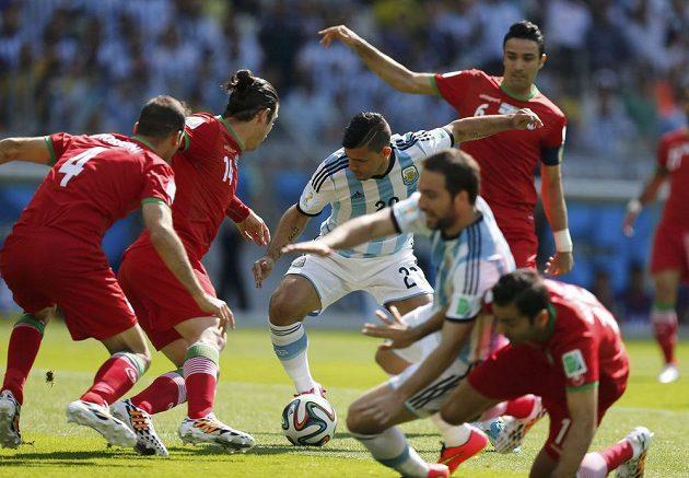 Tuhý boj na hranici pokutového území v duelu Argentina - Írán.