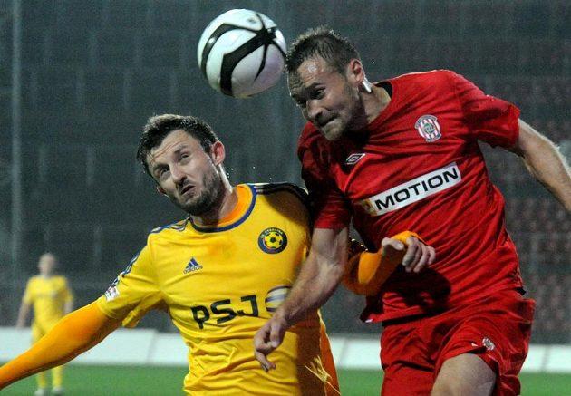 Jiří Krejčí (vlevo) z Jihlavy a Karel Kroupa z Brna v utkání 13. kola fotbalové Gambrinus ligy.