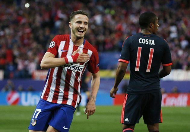 Saúl Níguez z Atlétika Madrid (vlevo) se raduje z gólu. Vpravo Douglas Costa z Bayernu Mnichov.