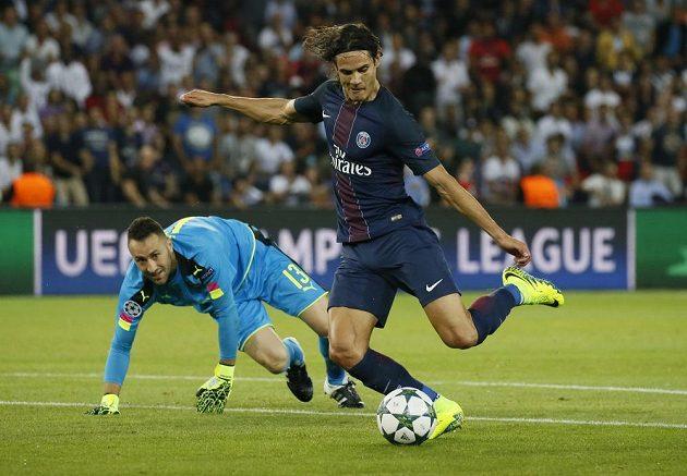 Edinson Cavani mohl vstřelit Arsenalu více gólů, takhle ale promarnil velkou šanci ještě v úvodní půli. Brankář David Ospina byl bez šance.
