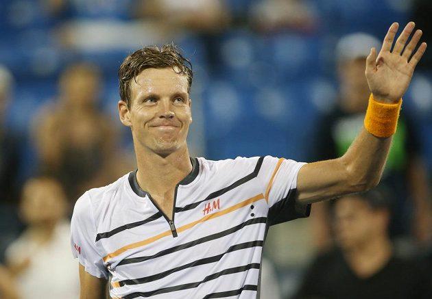 Tomáš Berdych zdraví diváky na US Open po postupu do čtvrtfinále přes Rakušana Dominika Thiema.