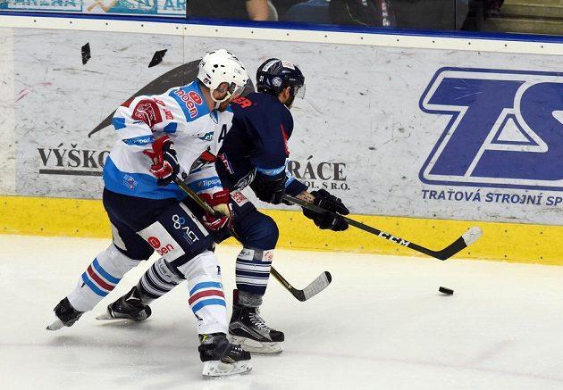 Zleva Marek Tomica z Chomutova a Dominik Lakatoš z Liberce během semifinále play off hokejové extraligy.