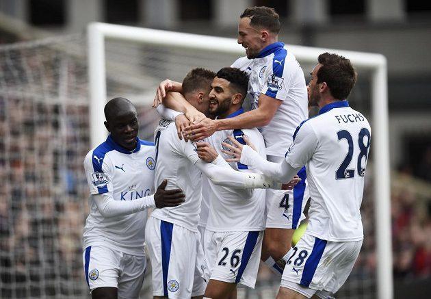 Hráči Leicesteru v Premier League opět vyhráli, na hřišti Crystal Palace se jako jediný prosadil Rijád Mahríz (uprostřed).