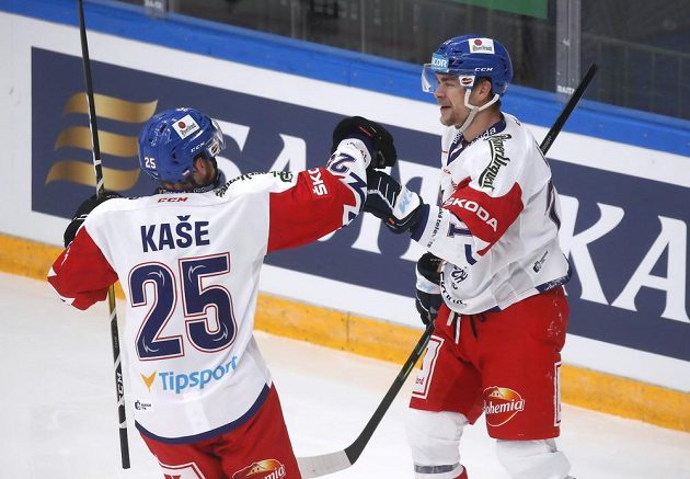 David Kaše (vlevo) gratuluje ke gólu Radanu Lencovi. Češi v posledním zápase Channel 1 Cupu vyrovnávají proti Švédům na 1:1.