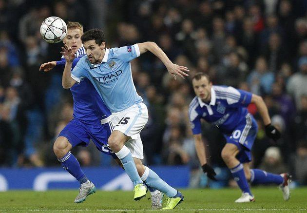 Vitalij Bujalskij z Dynama Kyjev (vlevo) se snaží zastavit záložníka Manchesteru City Jesúse Navase.