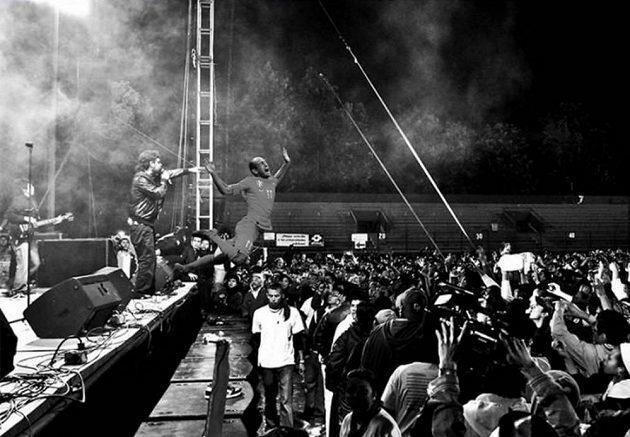 Arjen Robben skáče na svém koncertu z pódia mezi fanoušky.
