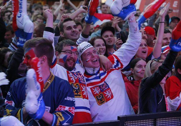Radost českých fandů na Václavském náměstí při čtvrfinále MS s Finy.