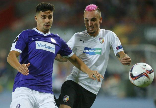 Tarkan Serbest z Austrie Vídeň (vlevo) bojuje o míč s plzeňským Martinem Zemanem.
