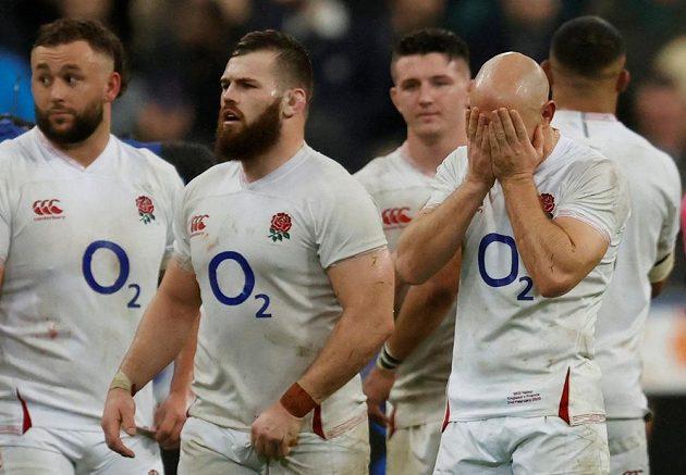 Hlavy do dlaní... Angličané schytali nečekanou porážku.