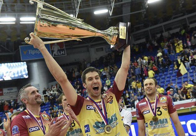 Liberecký volejbalista Tomáš Kriško s pohárem pro vítěze extraligy. Přihlížejí Lubomír Staněk (vlevo) a Adrian Patucha (vpravo).