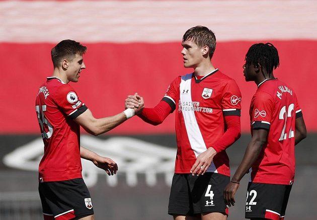 Fotbalisté Southamptonu se radují z gólu v utkání 30. kola anglické Premier League proti Burnley.