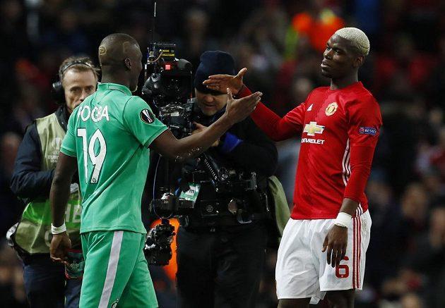 Kamery jsou v pohotovosti. Paul Pogba z Manchesteru United se zdraví se svým bratrem Florentinem v dresu St. Etienne při utkání Evropské ligy na Old Trafford.