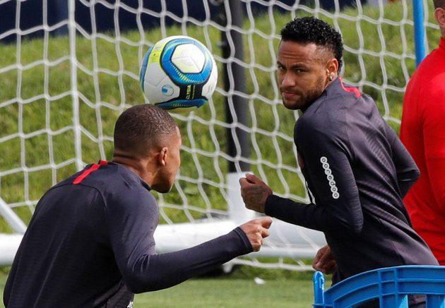 Hvězdy fotbalového PSG Kylian Mbappé a Neymar na tréninku.
