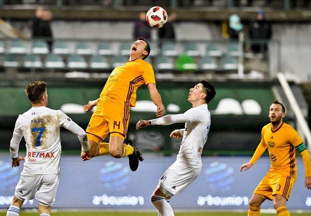Zleva Martin Fillo z Baníku Ostrava, Ivan Ostojič z Dukly a Robert Hrubý z Baníku Ostrava v souboji o míč.