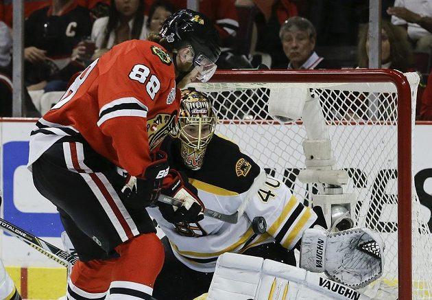 Patrick Kane podruhé v zápase překonává brankáře Bruins Raska.